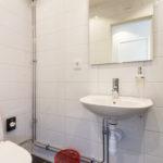 Njut av de varma golven efter en uppfriskande dusch medan du fixar frisyren.