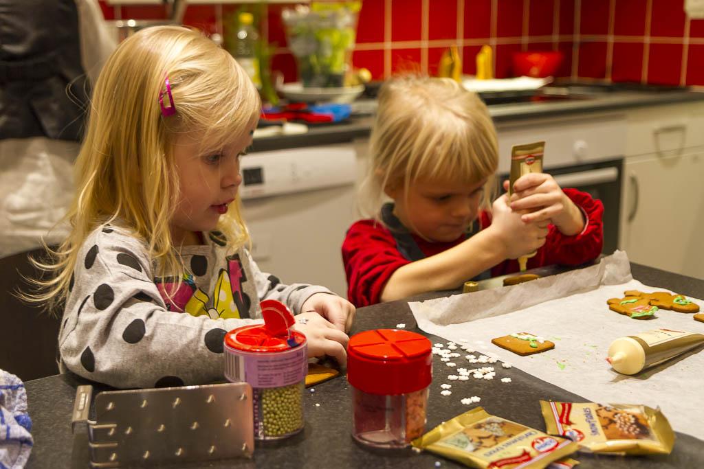 I köket finns det gott om plats för stora och små!